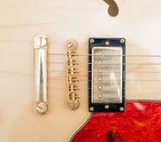 Деталь моста электрической гитары стоковые фото