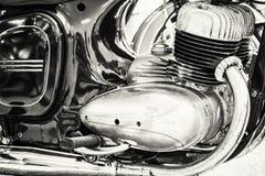 Деталь мотоцилк ветерана, встречая велосипедистов, черно-белых Стоковые Изображения