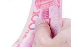 Деталь мужской руки держа 100 китайских банкнот RMD на whi Стоковое Фото