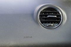 Деталь нового современного интерьера автомобиля, фокуса на вентиляции топления Стоковое Изображение RF