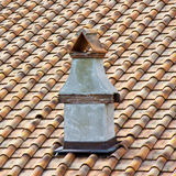 Деталь новой крыши Тосканы с типичной печной трубой & x28; Italy& x29; стоковое фото
