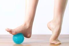 Деталь ног артиста балета с шариком для массажа Стоковое Изображение RF