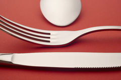 Деталь ложки вилки ножа над красной предпосылкой cutlery стоковая фотография rf
