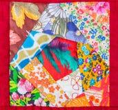 Деталь лоскутного одеяла обрамленная в красной ткани Стоковые Изображения