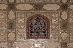 Деталь отраженного потолка в дворце зеркала на янтарном форте в Джайпуре Стоковые Фото