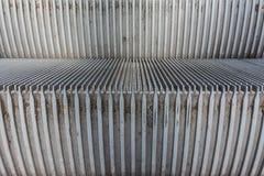 Деталь 2 пакостный Cit макроса гребней крупного плана металла лестниц эскалатора стоковая фотография rf