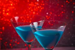 Деталь пары стекел голубого коктеиля на таблице Стоковые Фото