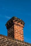 Деталь печной трубы красного кирпича крыши в архитектуре Tudor Стоковое Изображение RF