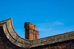 Деталь печных труб красного кирпича крыши в строении архитектуры Tudor Стоковые Изображения RF
