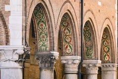Деталь покрашенных аркад средневекового городка Montagnana стоковые изображения