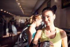 Деталь, привлекательная женщина в спортзале после бежать на третбане Стоковые Фотографии RF