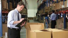 Деталь проверяя коробки бизнесмена с доской сзажимом для бумаги видеоматериал