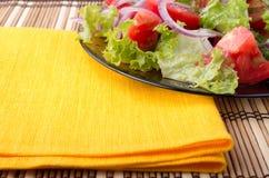 Деталь прозрачного крупного плана плиты с салатом сырцового овоща Стоковое Фото