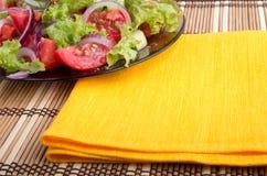 Деталь прозрачного крупного плана плиты с салатом сырцового овоща Стоковое Изображение