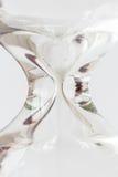 Деталь пропуская белого кристалла песка в часах на белом backg Стоковая Фотография