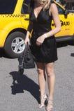 Деталь платья и пяток черноты женщины на улице Стоковое фото RF