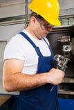 Деталь работника человека фабрики измеряя стальная с цифровым верньерным крумциркулем на мастерской Стоковое фото RF