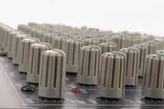 Деталь регулировать ручки в смешивая консоли Стоковые Изображения RF