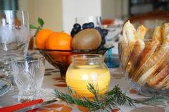 Деталь рождества/таблицы нового года ` s праздничной на свете свечи стоковые изображения rf
