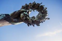 Деталь руки держа лавровый венок от бронзового scul Стоковая Фотография RF