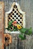 Деталь старой двери с цветком Стоковое Изображение