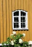 Деталь старой желтой деревянной церков стоковые фото