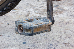 Деталь старой используемой педали велосипеда с сухой грязью Стоковые Фото
