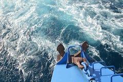 Деталь старой кормки шлюпки с плаванием анкера в глубоководье Стоковые Изображения RF