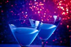 Деталь 2 стекел голубого коктеиля на таблице Стоковое Фото