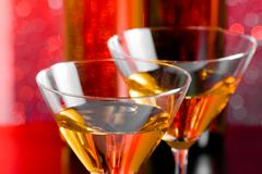 Деталь стекел коктеиля на таблице бара перед бутылками Стоковое фото RF