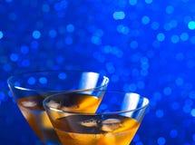 Деталь стекел свежего коктеиля с льдом на таблице бара Стоковая Фотография RF