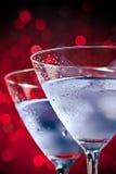 Деталь стекел свежего коктеиля с льдом на таблице бара Стоковые Фото