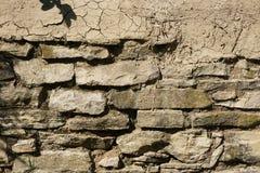 Деталь стены masonry заштукатуренной с глиной на верхней части стоковые изображения