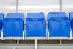 Деталь стула запаса и штат тренируют стенд в стадионе спорта стоковые изображения rf