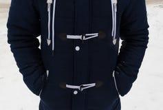 Деталь торса ` s человека в модной куртке зимы Голубой parka с шнурками и заклепками стоковая фотография rf
