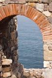Деталь укрепленной каменной стены стоковые изображения rf