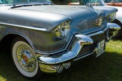 Деталь фронта полноразмерной роскошной серии 62 Кадиллака автомобиля стоковое изображение rf