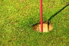 Деталь флага отверстия гольфа стоковое фото