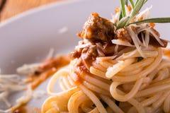 Деталь части спагетти с семенить мясом и травой Стоковое Изображение