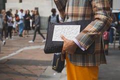 Деталь человека вне здания модного парада Ferragamo в милане Стоковое Фото