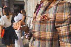 Деталь человека вне здания модного парада Ferragamo в милане Стоковое Изображение