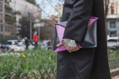 Деталь человека с сумкой вне здания модного парада Anteprima Стоковая Фотография RF