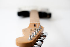 Деталь шеи электрической гитары стоковые изображения rf