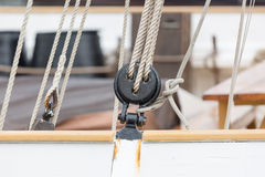 Деталь шкива/снаряжения на паруснике в порте Барселоны, Стоковое Фото