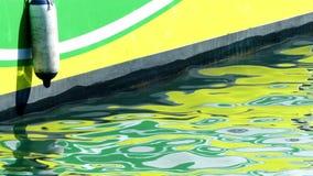 Деталь шлюпки с отражениями в море видеоматериал