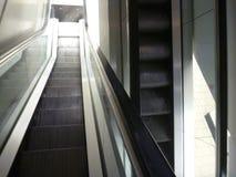 Деталь moving лестницы в здании Стоковое фото RF