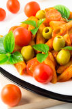 Деталь penne макаронных изделий крупного плана плиты итальянского с томатным соусом Стоковое фото RF
