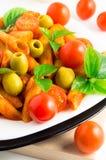 Деталь penne макаронных изделий крупного плана плиты итальянского с томатным соусом Стоковые Изображения RF