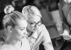 2 детеныша Businesswomans на работе Стоковое Изображение