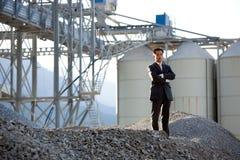 детеныши азиатского бизнесмена промышленные напольные Стоковое фото RF